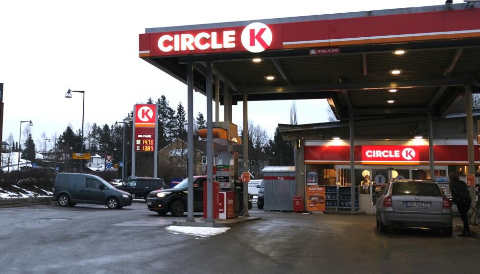 PRISKRIG: Prisen på bensin kan variere med nesten fire kroner mellom dyrest og billigst i løpet av en dag eller to. Det betyr mye penger å spare på å være prisbevisst. Foto: Rune Korsvoll