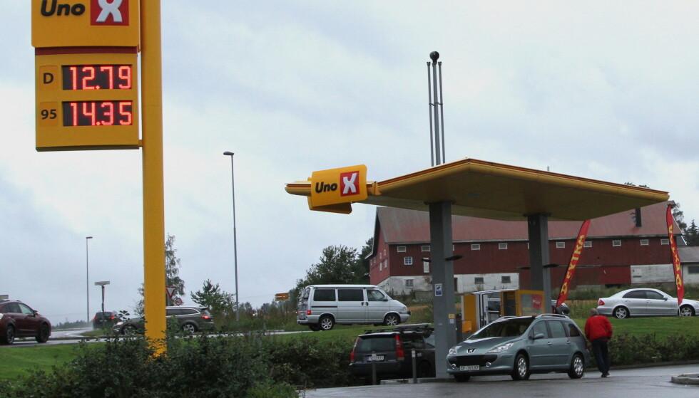 I KØ: Bilistene er blitt prisbevisste. På denne automatstasjonen er det kø de dagene det er billig bensin. Foto: Rune Korsvoll