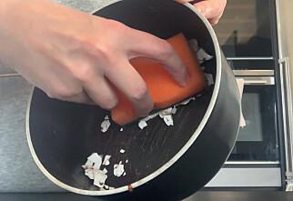 Vask gryta med eggeskall