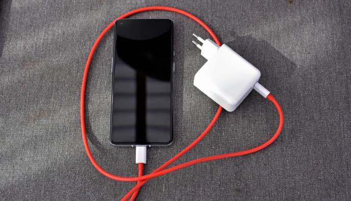 MONSTERLADER: Med 65 watts effekt er laderen som følger med i OnePlus 9 Pro-pakka en av de kraftigste på markedet. Kabelen er heller ikke så lett å rote bort. Foto: Pål Joakim Pollen