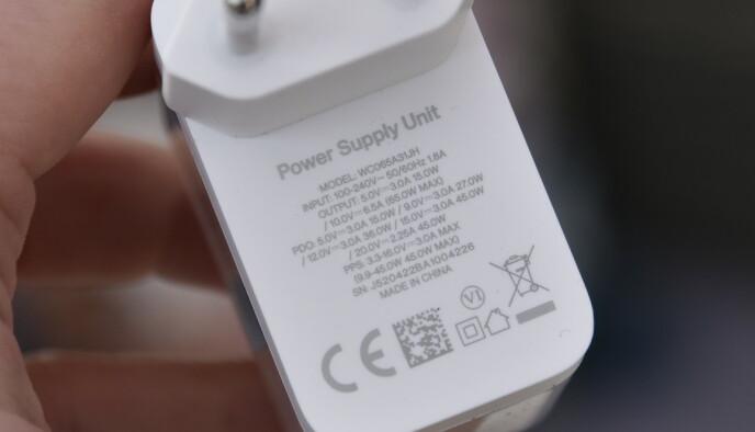 Når du lader OnePlus 9 Pro, skjer det med 10V og 6A. Laderen kan også levere 15V/3A for 45W-lading av andre enheter. Foto: Pål Joakim Pollen