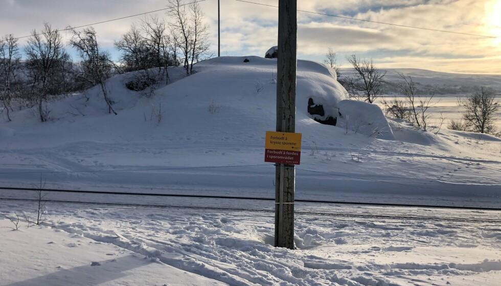 IKKE KRYSS HER: Selv om det er skiltet, er det likevel flere skiløpere som har krysset togsporet. Foto: Bjørn Løne/Spordrift AS
