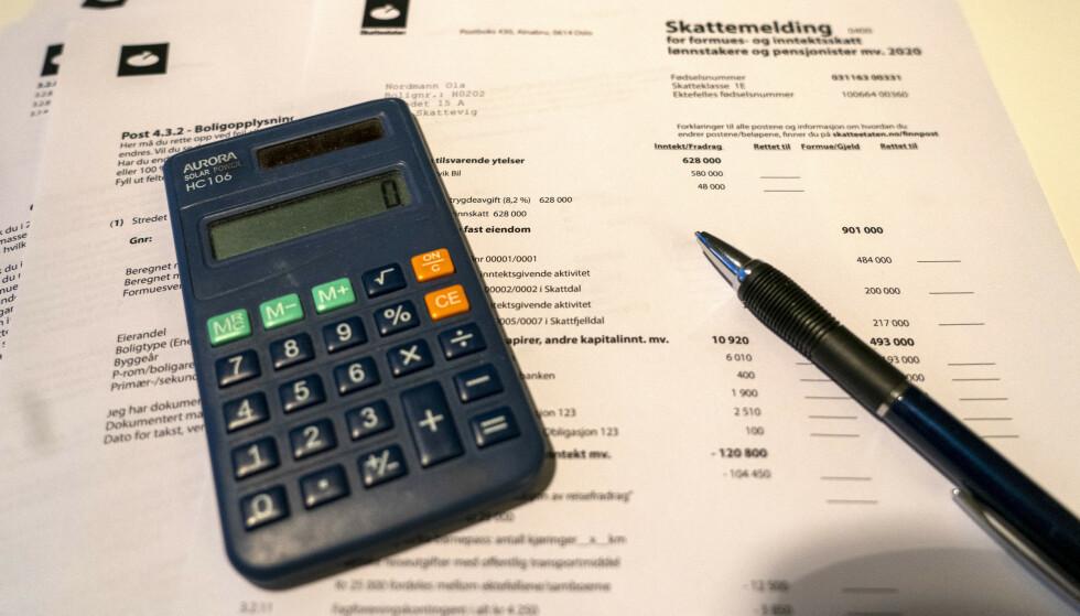 FORTSATT POPULÆRT: Mange nordmenn vil fortsatt helst levere skattemeldingen på papir. Papirversjonen av skattemeldingen har utsendelse først 7. april. Foto: Terje Pedersen / NTB