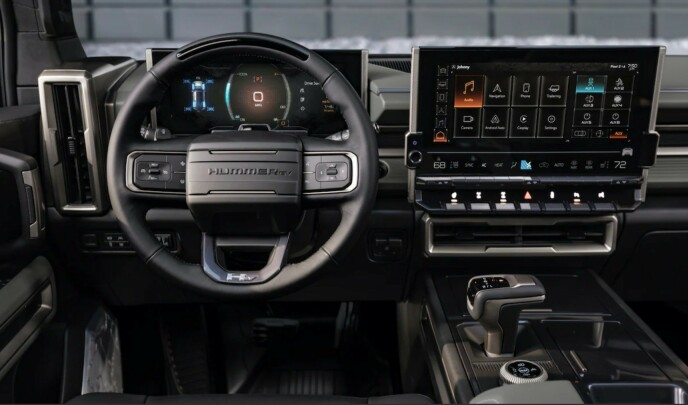 IKKE ELEGANT: Det er vanskelig å påstå at interiøret i Hummer EV SUV er elegant. Barskt er kanskje en mer passende betegnelse. Foto: GM