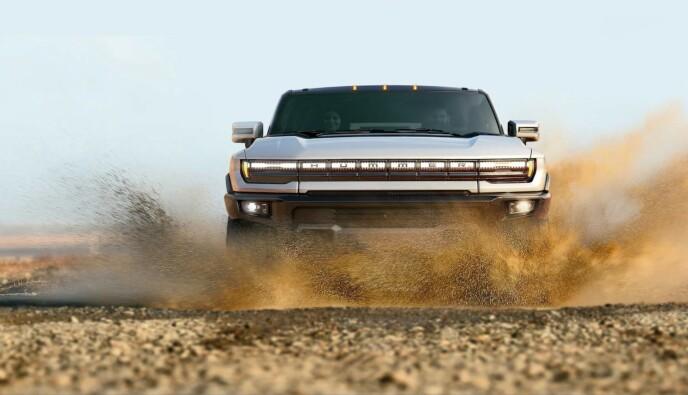 MONSTER: De nøyaktige dimensjonene på Hummers elektriske SUV er ennå ikke offentliggjort, men den kan nok oppfattes som en monster bak rattet. Firehjulsstyring skal gjøre det enklere å manøvrere bilen både i terrenget og på trange parkeringsplasser. Foto: GM