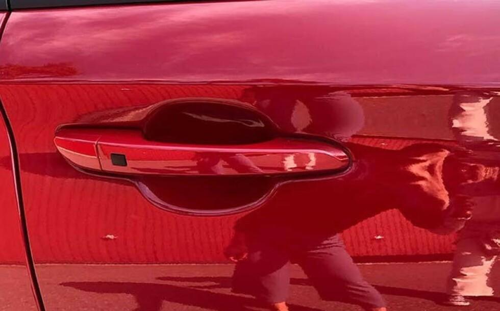 SPEIL, SPEIL PÅ VEGGEN DER: Ja, du har riktignok vasket og polert bilen før salg, men pass på at du ikke speiles i glansen. Foto: Finn.no