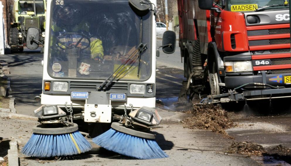RENT TIL 17. MAI: De neste ukene skal Norges gater feies fri for singel og annet søppel. Husk å flytte bilen før feiebilene kommer. Illustrasjonsfoto: NTB