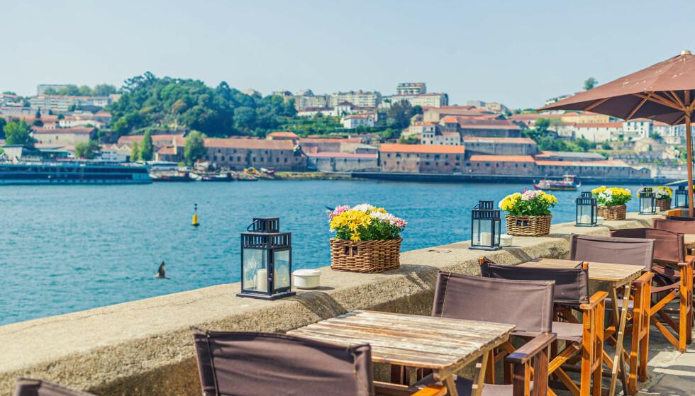 UTESERVERING: Flere land åpner for uteservering på forskjellig vis når de gjenåpner etter corona. Her fra Porto i Portugal. Foto: NTB