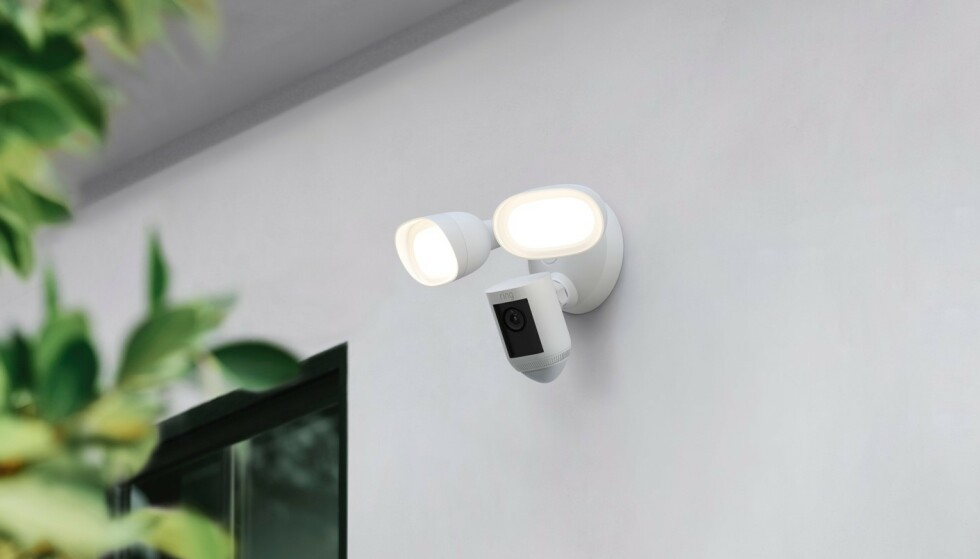RING FLOODLIGHT WIRED CAM PRO: Ring introduserer et nytt utendørs overvåkingskamera med radarteknologi og lyskaster. Foto: Ring