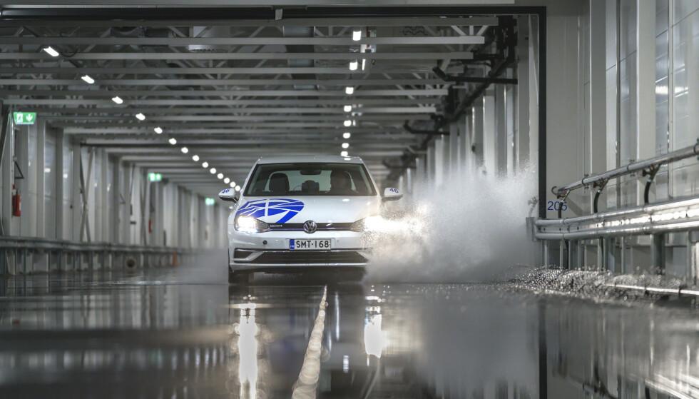 SKUMMEL VANNPLANING: Når dekkene begynner å flyte i vannet, mister du all kontroll over bilen. Vår test viser hvor tidlig det slitte dekket vannplaner. Foto: Juha Kauppinen