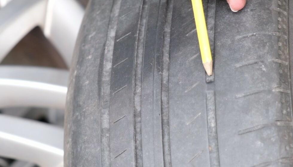 SLITASJEVARSLER: De tverrgående gummi-ribbene i dekkmønsteret viser når dekket ikke lenger er brukbart å kjøre på. Foto: Rune Korsvoll