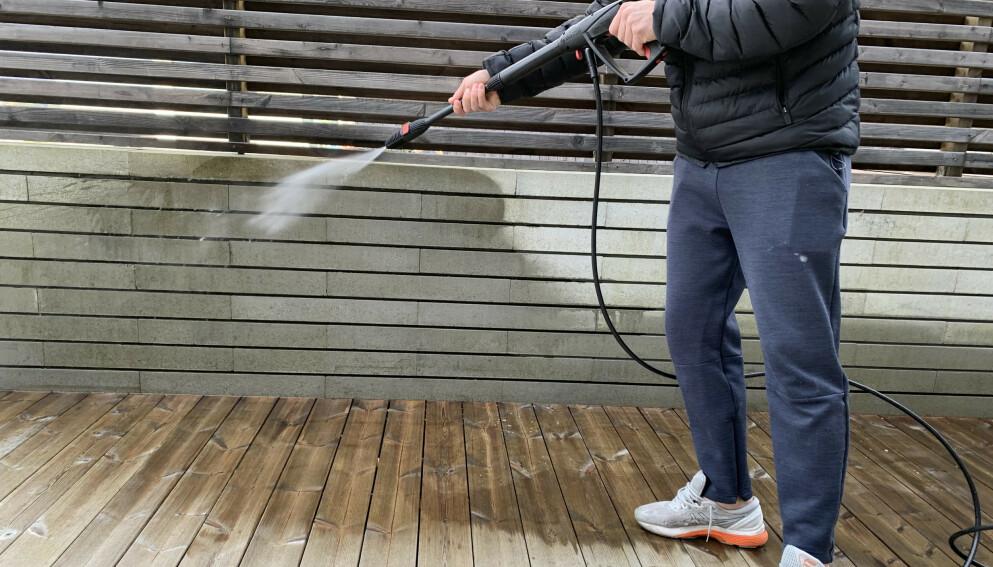 BRUKE HØYTRYKKSPYLER: En høytrykkspyler er et fantastisk bra hjelpemiddel når du skal friske opp utenfor huset. Men bruker du den feil, kan den gjøre store, kostbare ødeleggelser. Foto: Linn Merete Rognø.