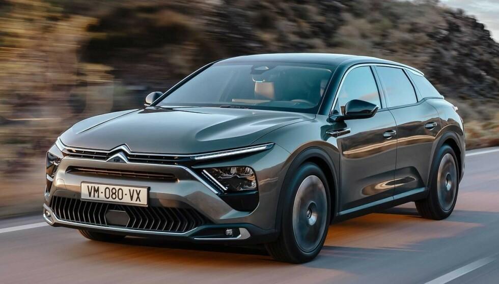 GOD BLANDING: Nye Citroën C5 X er en kombinasjon av stasjonsvogn, sedan og SUV. Det betyr blant annet litt høyere bakkeklaring og sitteposisjon enn i en vanlig stasjonsvogn. Foto: Citroën