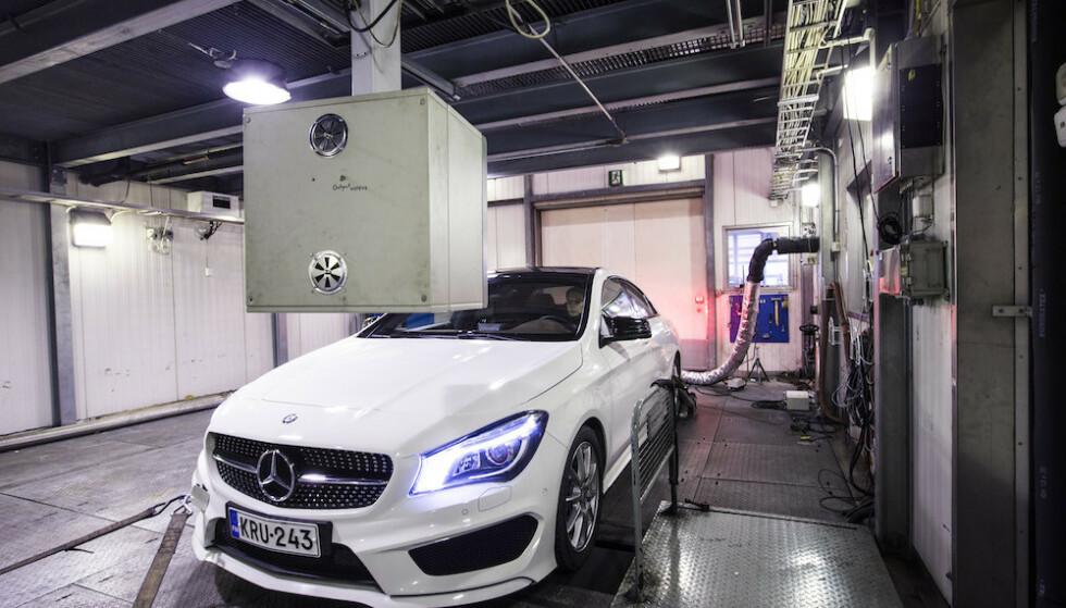 NYE TESTER: Alle nye biler som nå selges skal ha forbruks- og utslippstall som baserer seg på tall fabrikken får etter tester både i laboratorium og på vei. Foto: Markus Pentikainen