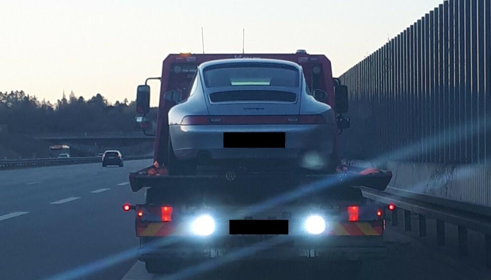 BESLAGLAGT: Denne Porschen ble beslaglagt av politiet på Nord-Sjælland etter at mannen som hadde lånt den ble tatt i fartskontroll. Bilen hadde en fart på 210 km i timen da den ble stoppet. Foto: Dansk Politi