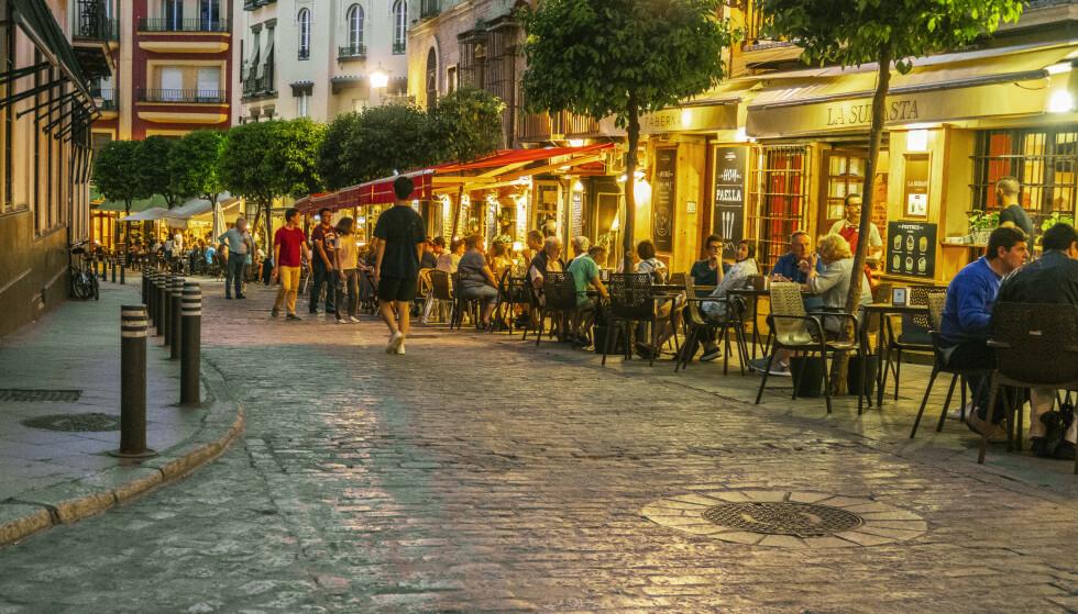 COVID-FORSIKRING: Det er nok mange som savner å sitte på fortauskafe i Spania med tapas på bordet og noe godt i glasset. Her fra Sevilla i Andalucia, som tilbyr covid-forsikring til turistene. Foto: Halvard Alvik / NTB