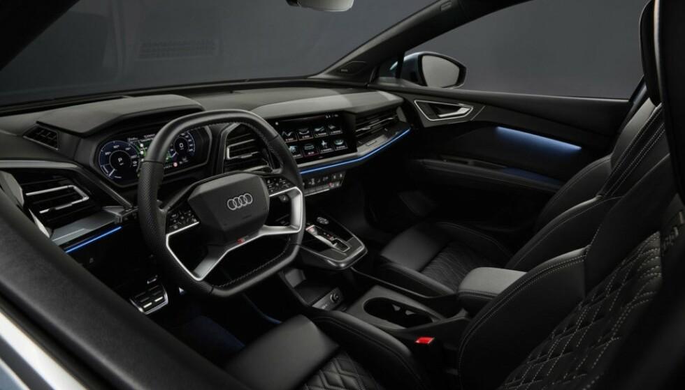 I JUNI: Allerede i juni skal de første norske kundene kunne sette seg inn bak rattet i Q4 e-tron. Normalt er ikke utstyret i de billigste bilene fra Audi imponerende. For å få en bil slik du ønsker, kan det nok hende at prisen blir noe høyere enn 399 900 kroner, som Audi skryter av. Foto: Audi