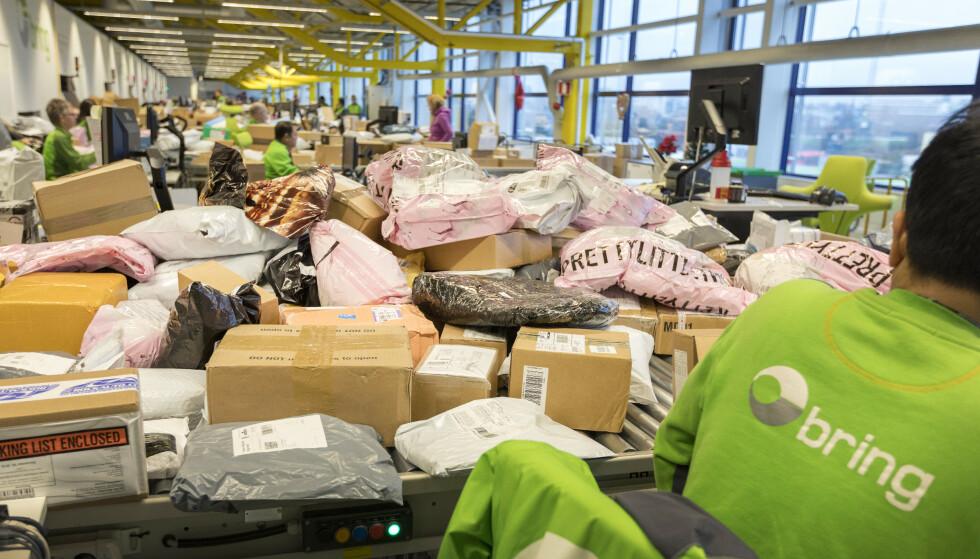PAKKEKAOS: Posten opplever rene julerushet - i april, antakelig på grunn av stengte butikker mange steder. Her fra Postens tollavdeling på Alnabru tidligere år. Illustasjonsfoto: Gorm Kallestad / NTB