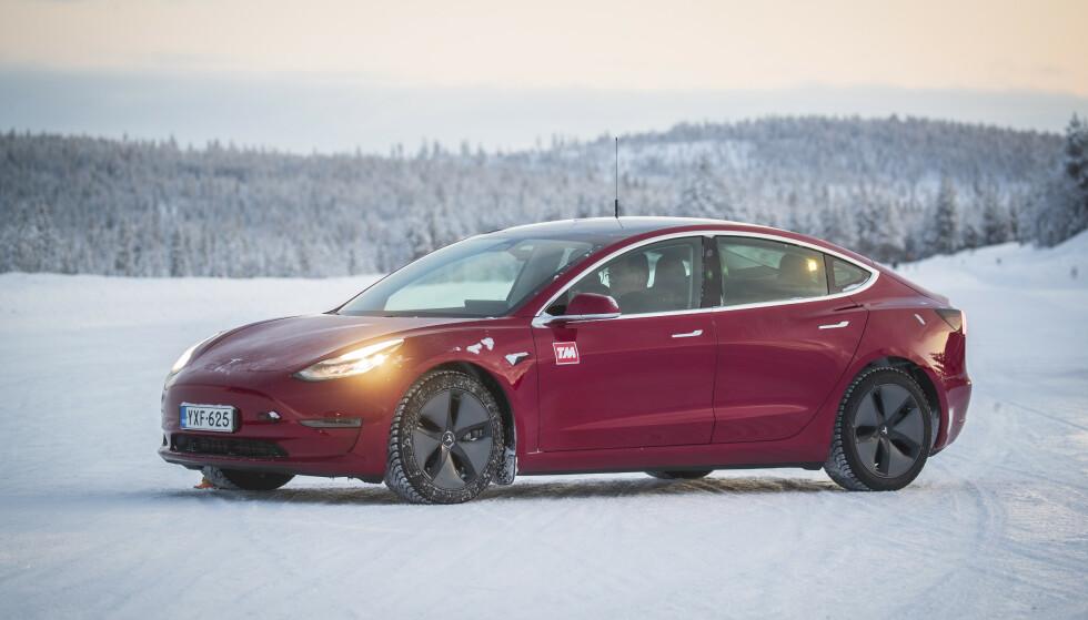 VINTERBIL: Tesla Model 3 kom på andreplass i Dagbladets store vinterbiltest i fjor. Nå kuttes prisene slik at du kan kjøpe bil fra 349 900 kroner. Foto: Markus Pentikainen