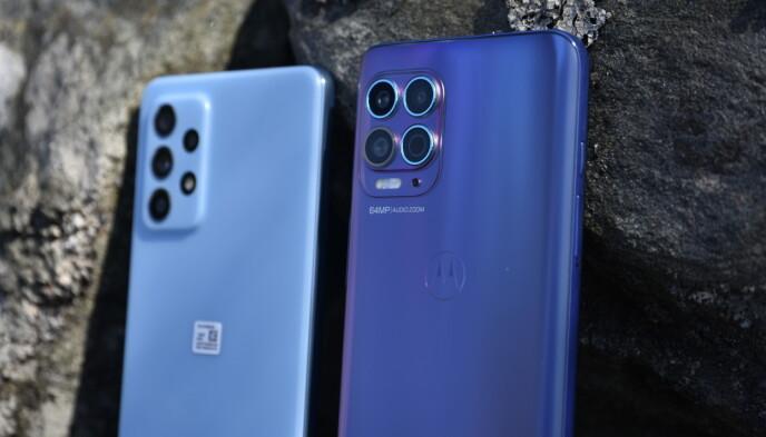 Mens Samsung-telefonen har en matt plastbakside, har Motorola en frostet finish som gir et fargespill avhengig av hvordan lyset treffer. Foto: Pål Joakim Pollen