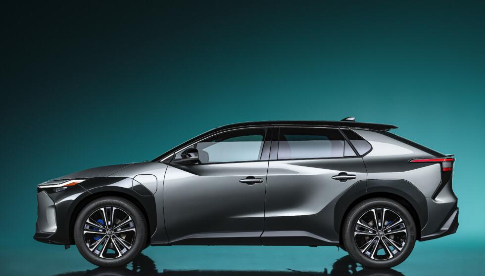 GOD PLASS: Med lang akselavstand blir også den innvendige plassen i bilen god. Foto: Toyota