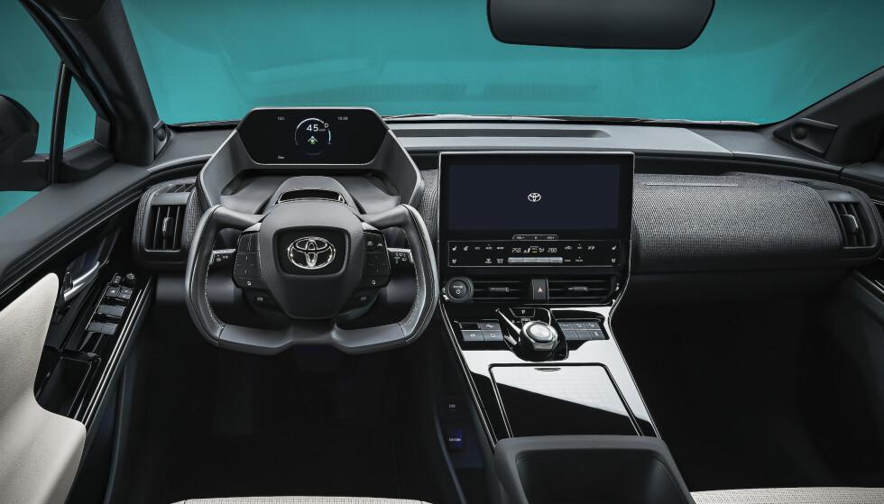 """SJEKK RATTET: Bilen får såkalt """"steer-by-wire"""", som betyr at det bare blir en elektronisk forbindelse mellom rattet og hjulene. dermed er det også farvel til det runde rattet, ifølge Toyota. Foto: Toyota"""