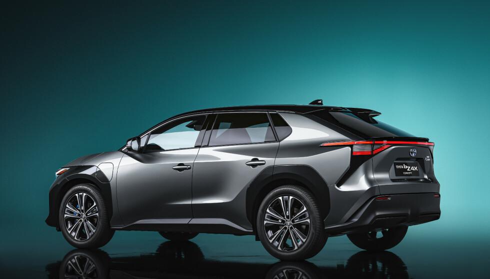 BATTERI OG REKKEVIDDE: Foreløpig har ikke Toyota avslørt størrelsen på batteriet eller rekkevidden på bZ4X. Bilen får imidlertid egne solceller som skal lade batteriet. I tillegg lover Toyota teknologi som gir god rekkevidde også i kulde. Foto: Toyota