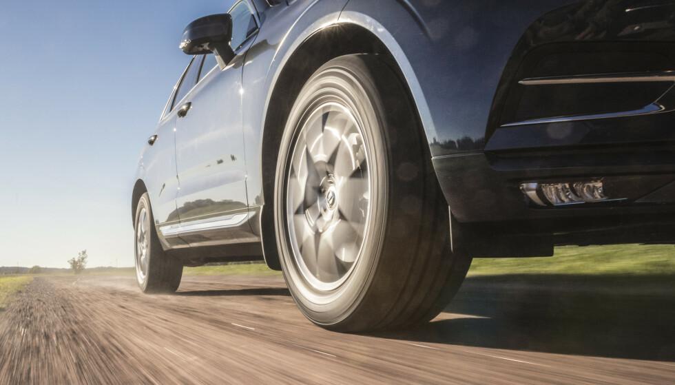 TUNG OG STERK: Batteriene i en elbil veier flere hundre kilo. I tillegg har elmotoren høyt dreiemoment som «moser» dekkene når du akselererer raskt. Foto: Nokian