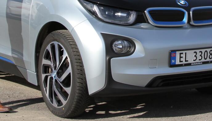 SMALE OG HØYE: Smale og høye dekk, slik som på BMW i3, er de optimale dekkene for en elbil. De gir lavere luft- og rullemotstand. Pass bare på at de har lasteindeks tilpasset elbilens ekstra tyngde. Foto: Rune Korsvoll