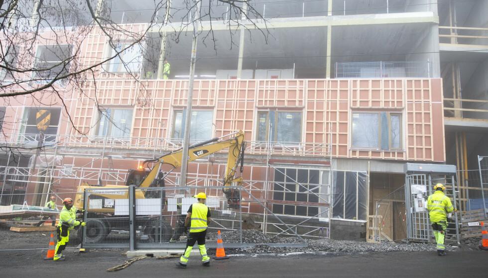 KOMPENSASJON: Arbeidstakere fra EØS-land som ikke får møtt på jobb på grunn av innreiseforbud, kan nå få kompensasjon fra Nav. Her fra en byggeplass i Oslo. Foto: NTB