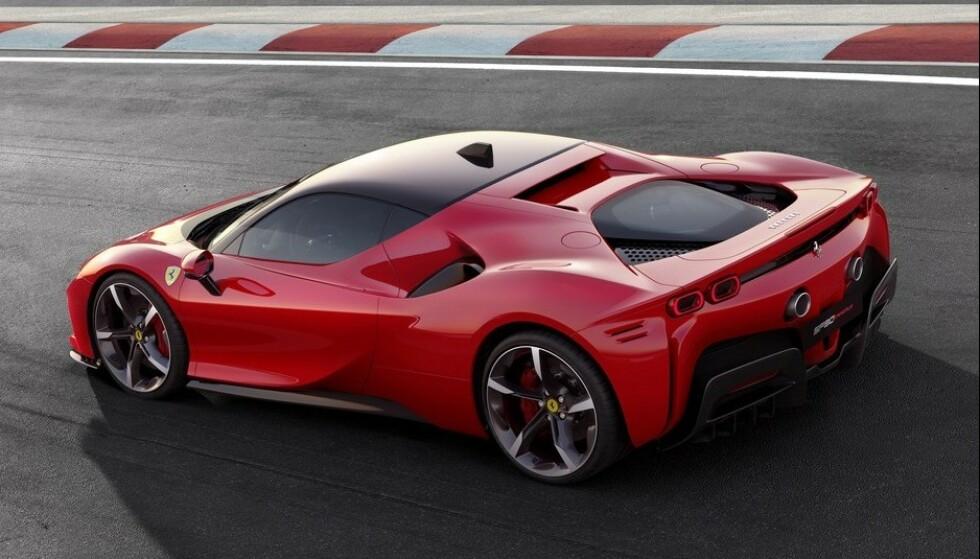 FØRSTE LADBARE HYBRID: Ferrari har allerede bygget sin første ladbare hybrid. Navnet er SP 90 Stradale, og som alle andre biler fra den italienske fabrikken, er den allerede en suksess. Foto: Ferrari