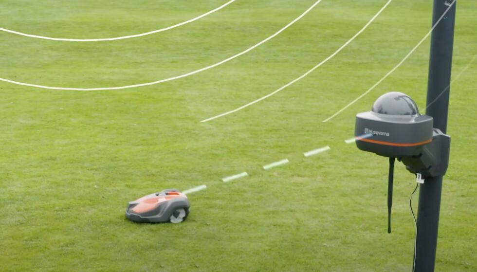 Referansestasjonen har kontakt med satellitter og sørger for å navigere robotklipperen med presisjon på 2-3 centimeter. Foto: Husqvarna