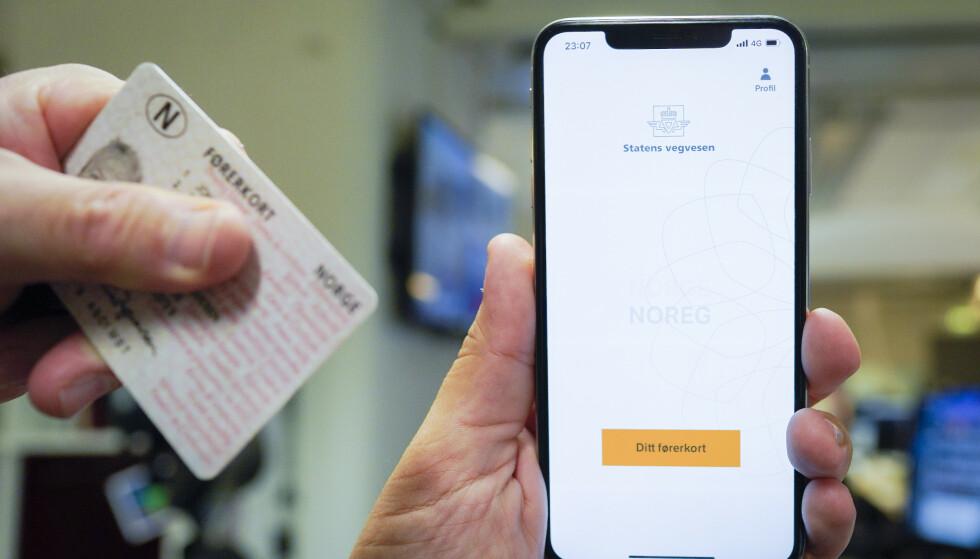 LAPPEN I APPEN: Er du en av de 1,6 millionene som har førerkortet på telefonen? Illustrasjonsfoto: Fredrik Hagen / NTB