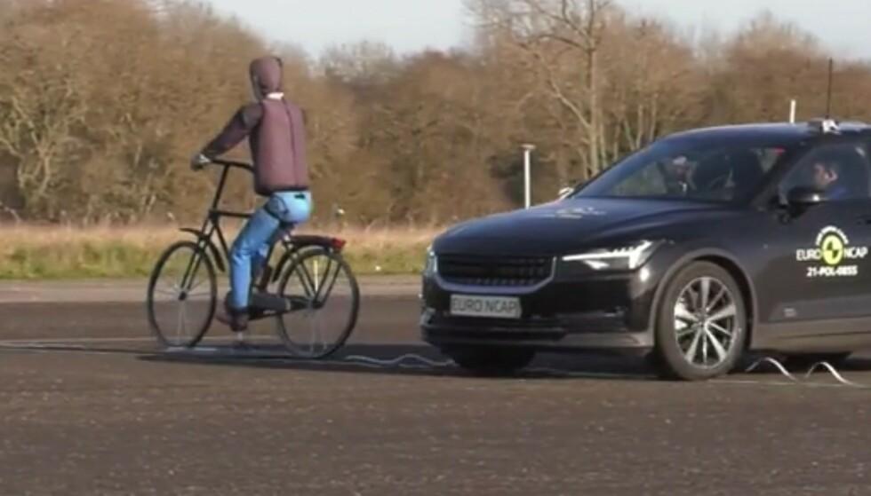 UNNGÅR ULYKKER: Det legges nå enda større vekt på at bilene har utstyr som skal forhindre at ulykker oppstår. Test av nødbremsen for fotgjengere og syklister er ett av momentene. Foto: EuroNcap