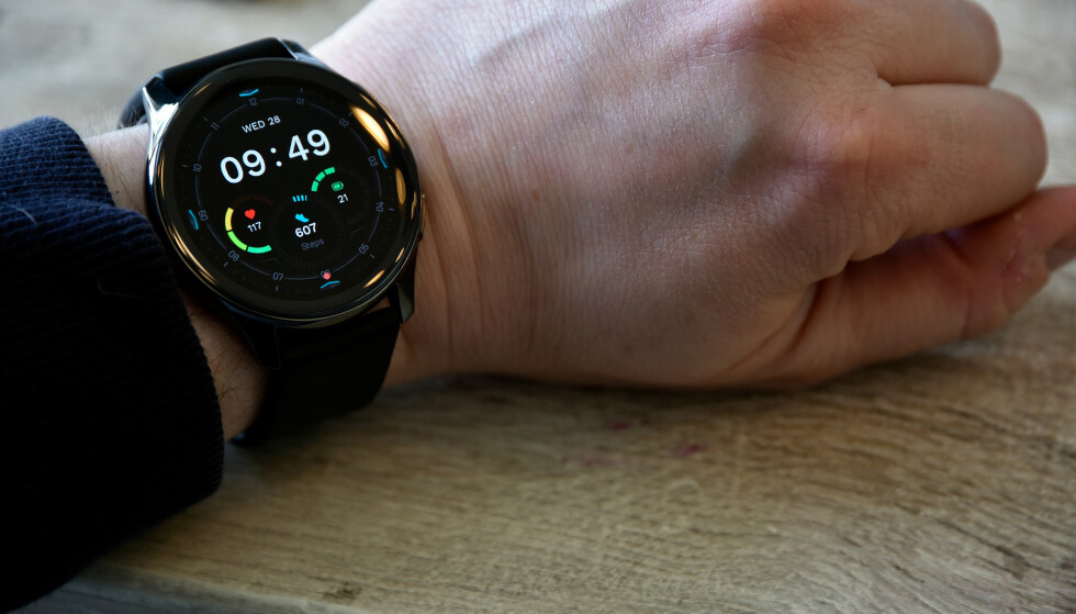 HOLDER LENGE: Med et forholdsvis enkelt operativsystem byr OnePlus Watch på svært god batteritid. Foto: Pål Joakim Pollen