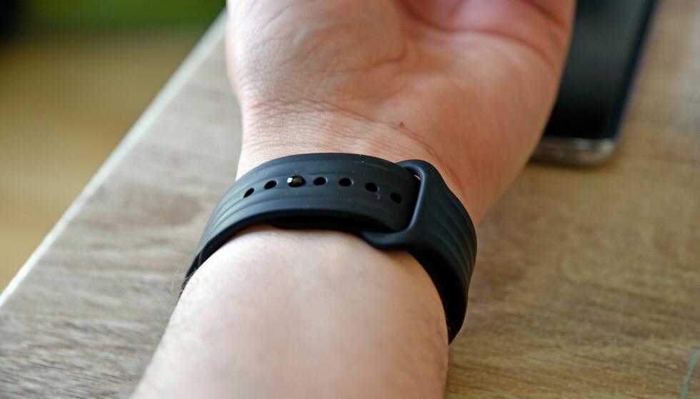 SITTER GODT: Etter å ha brukt OnePlus Watch i to uker har vi fortsatt til gode å oppleve at den løsner. Foto: Pål Joakim Pollen
