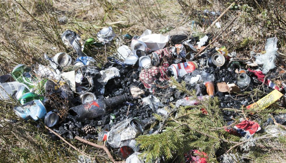 VIKTIG Å RYDDE SØPPELET: Naturen har blitt et tilfluktsted for mange under koronapandemien. Det merkes på økt mengde med søppel. Foto: Terje Pedersen / NTB