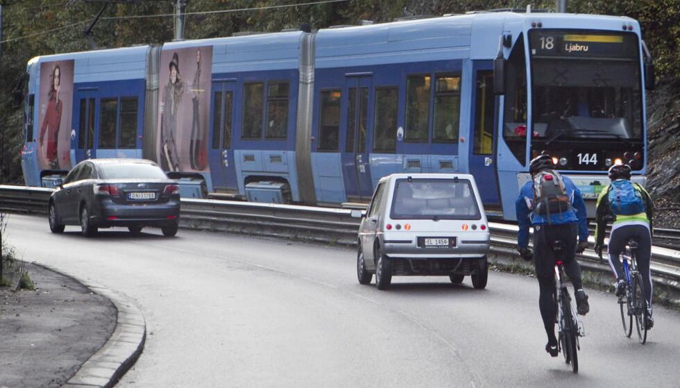 SYKLE I BREDDEN: Verken vegtrafikkloven eller trafikreglene sier at det er forbudt å sykle to i bredden, men man skal ikke være til unødig hinder for andre kjøretøy. Foto: Heiko Junge / NTB