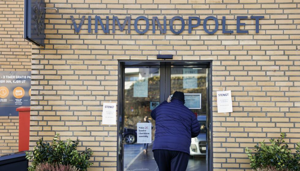 UNNGÅ STENGTE DØRER: Gjør unna helgehandlingen torsdag eller fredag. Foto: Jil Yngland / NTB