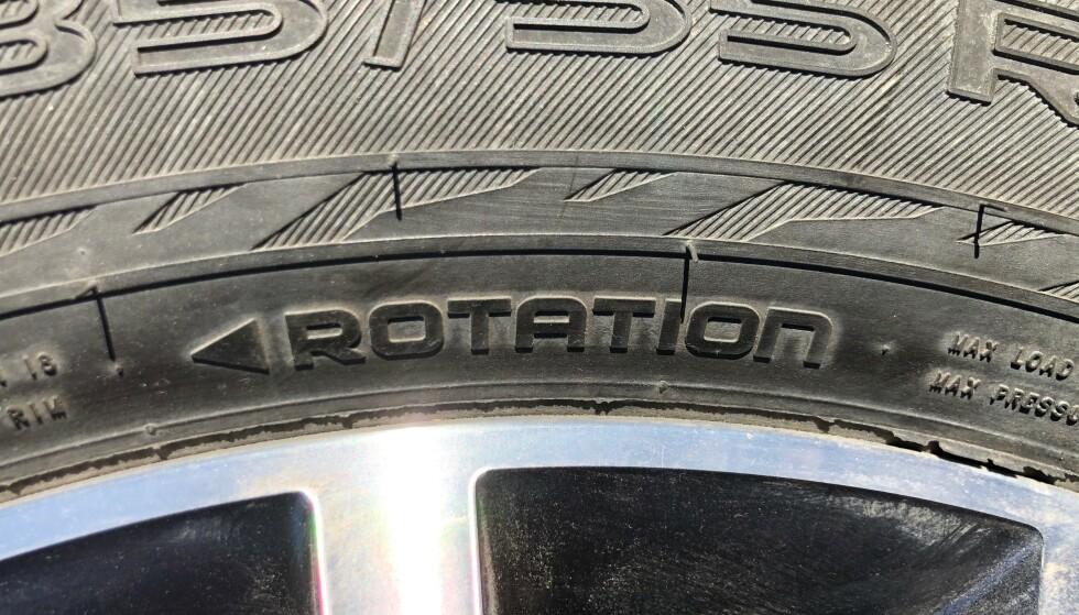 FEIL VEI: Dersom du ser at pilen på dekket peker bakover, sitter hjulet på feil side av bilen. Pilen viser rulleretningen som dekket må ha for å gi best mulig veigrep og kunne motstå vannplaning., Foto: Rune Korsvoll
