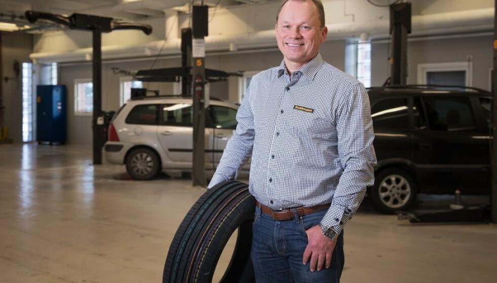 SKUMMELT: Et dekk som ruller i feil retning gir dårlige egenskaper, sier Torleiv Dalen Haukenes, produktsjef i Dekkmann. Foto: Dekkmann