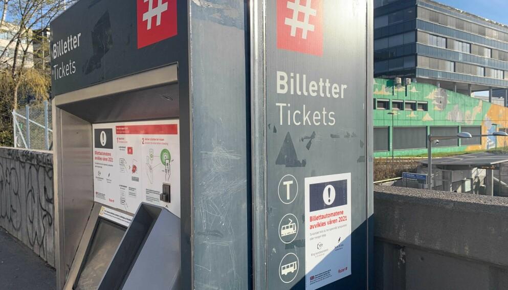 FORSVINNER: Billettautomaten på Hasle T-banestasjon er én av 170 automater som nå avvikles i løpet av mai. Foto: Berit B. Njarga