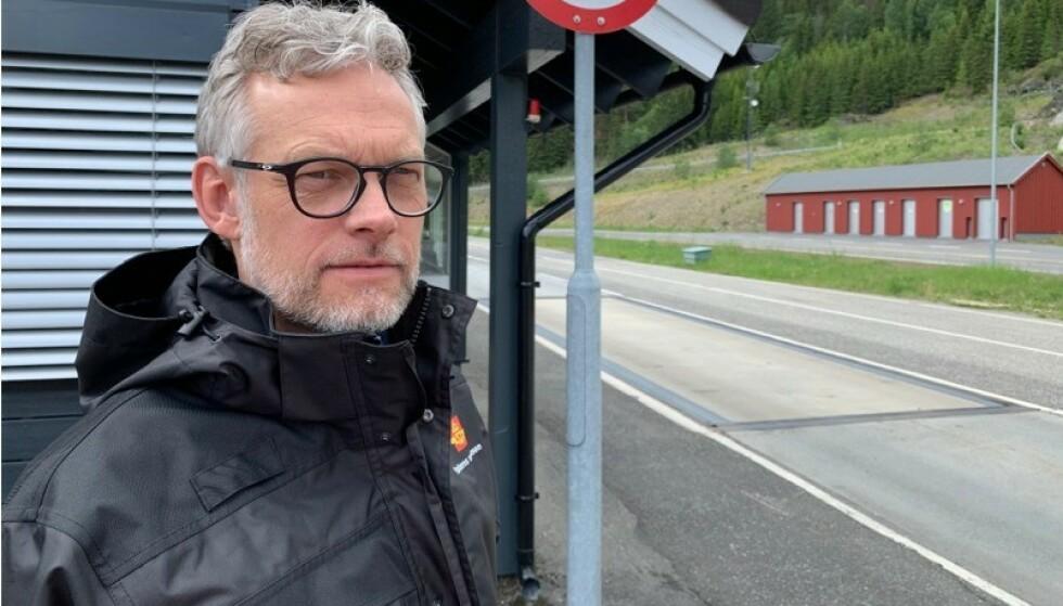 FARLIG: Avrenning av blodig fiskevann gir farlig glatte veier, samtidig som istapper på flere kilo bak på vogntogene kan løsne og skade andre trafikanter, advarer Kjetil Wigdel, avdelingsdirektør for Utekontroll i Statens vegvesen.