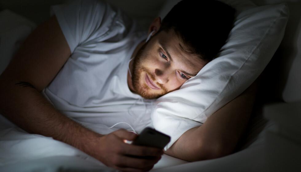 MINDRE BLÅTT: De fleste telefoner er i dag utstyrt med funksjoner som reduserer det blå lyset før leggetid. En ny studie viser at dette ikke har noe effekt på nattesøvnen. Foto: Shutterstock / NTB