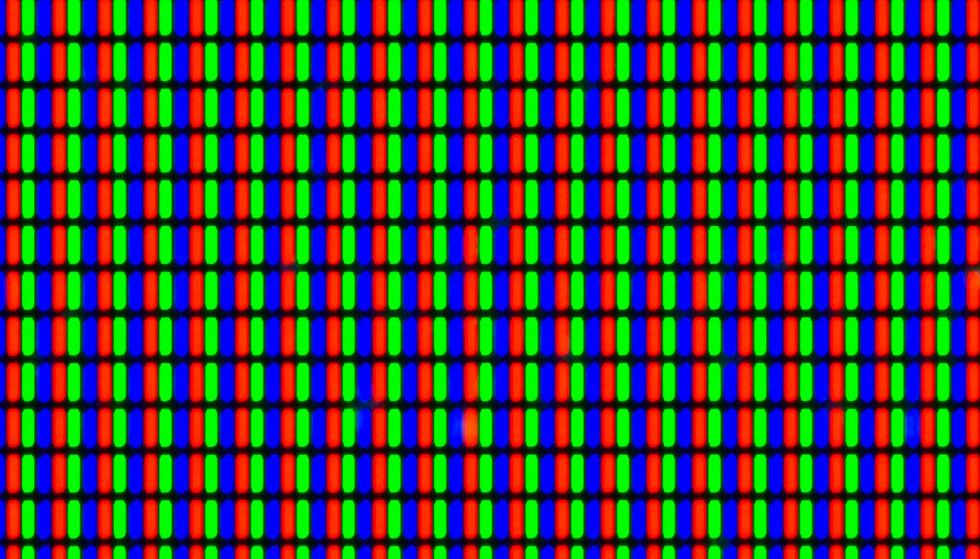Nærbilde av en LCD-skjerm som viser hvitt, der alle røde, grønne og blå subpiksler lyser. Foto: Shutterstock / NTB