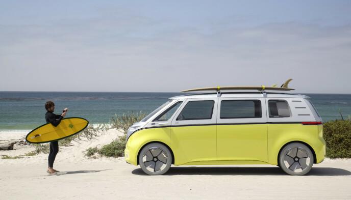 I SITT RETTE ELEMENT: Sol, sommer og hav er det elementer vi gjerne forbinder med VWs ikoniske buss. NYe ID.Buzz skal imidlertid være klar for norske vinterveier om et års tid. Foto: VW