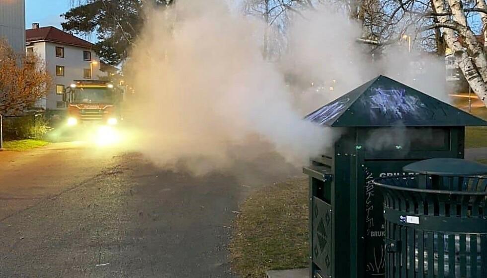 BRANN I GRILLBOKS: Det er viktig å slukke engangsgriller ordentlig godt med vann, så det ikke skal oppstå branner i søppelbøtter. Foto: Oslo Brann- og redningsetat