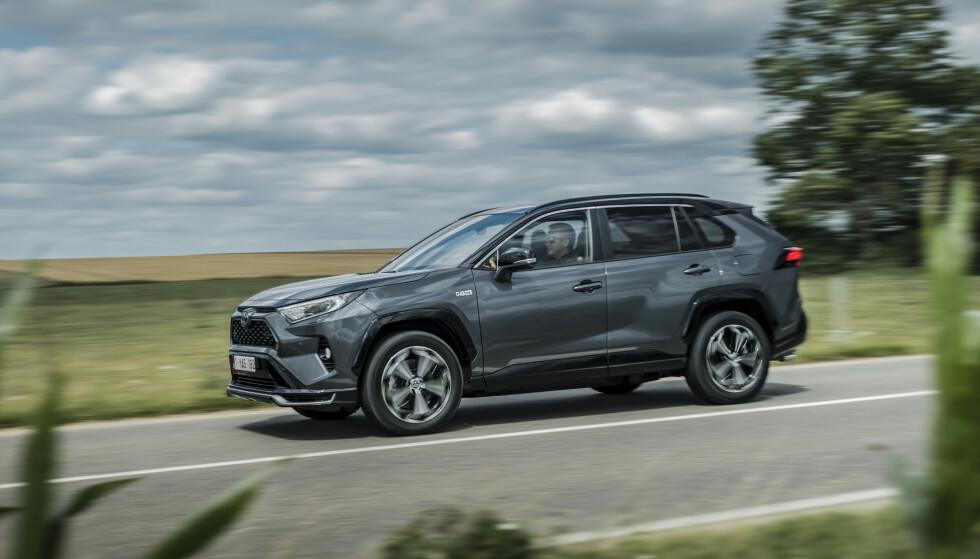BENSIN PÅ TOPPEN: Så langt i år er Toyota Rav4 Hybrid den mest solgte bilen i Norge. Kjøperne har forelsket seg i den ladbare hybrid-utgaven som skal klare 75 kilometer på strøm før bensinmotoren slår inn. Hvor lenge klarer den å holde stand mot elbilene? Foto: Toyota