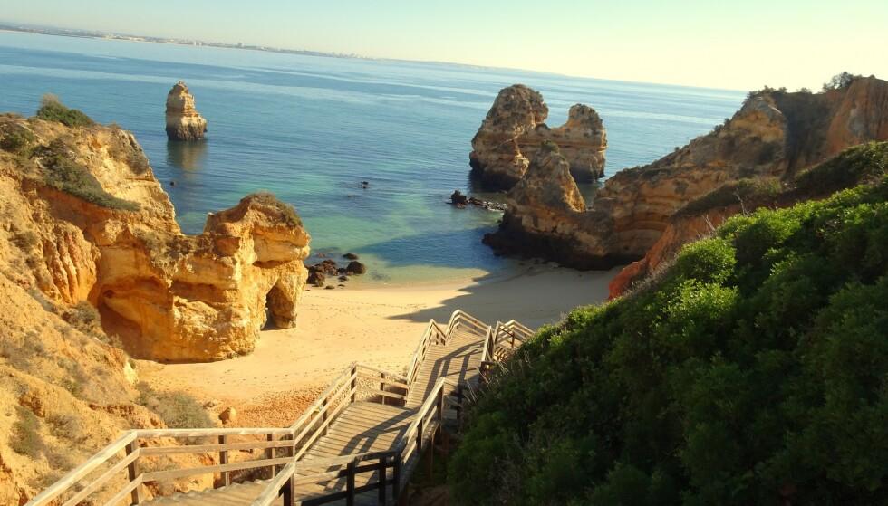 HØYERE SMITTETALL: Dersom Norge velger å følge EU-kommisjonens anbefaling, kan det åpne opp for reiser til blant annet Portugal. Her fra Algarvekysten. Foto: NTB