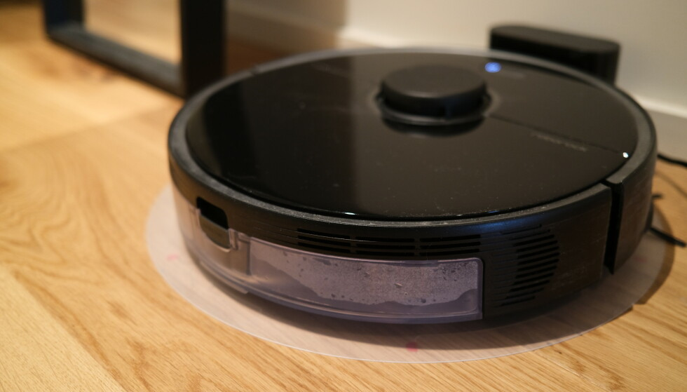 ROBOTSTØVSUGEREN: Mens en vanlig støvsuger trekker rundt 900 watt under bruk, bruker denne batteridrevne robotstøvsugeren rundt 35 watt når den lader. Foto: Martin Kynningsrud Størbu